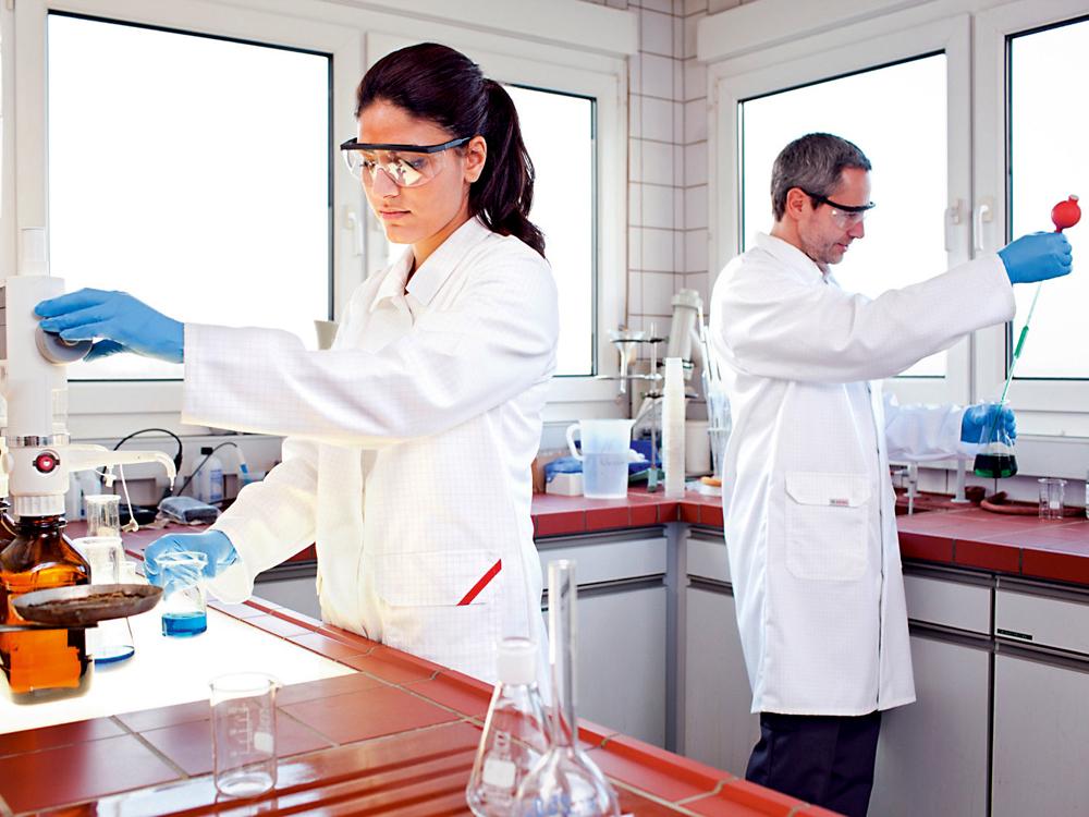 Einkaufsführer: So beschaffen Sie Schutzkleidung für Chemie und Pharma
