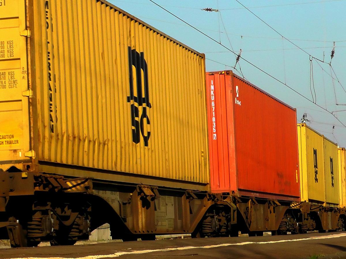Neuwagen kommen per Zug von China nach Bremerhaven