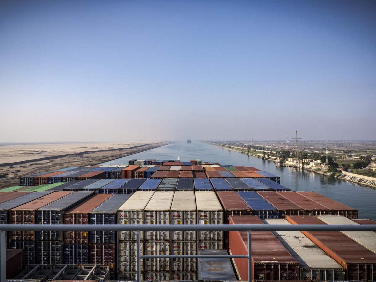 Containerschiff steckt im Suezkanal fest